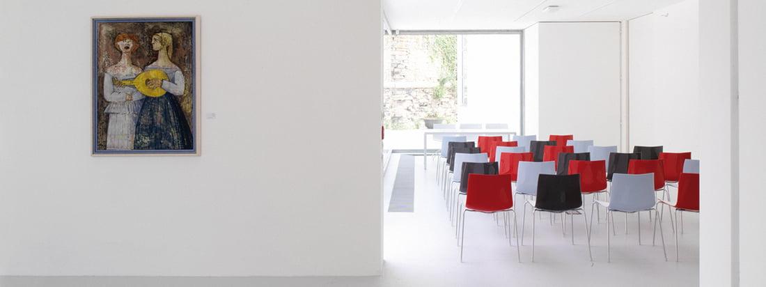 De fabrikant Arper produceert meubels zoals de Catifa 46 stoel. De moderne stoel kon worden gebruikt als zitplaats voor een groot publiek bij evenementen. Verkrijgbaar in verschillende kleuren.