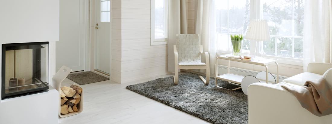 Artek is een ontwerpbureau uit Finland. De fauteuil, de trolley en het brandhouten rek hebben allemaal een helder, aantrekkelijk design dat gemakkelijk te combineren is.