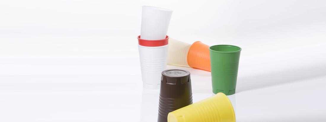 De maat van de Qoffee Stool kunststof beker van Artificial maakt een veelzijdig gebruik mogelijk, bijvoorbeeld als kruk. Door de grote verscheidenheid aan kleuren vindt iedereen de juiste kleur.