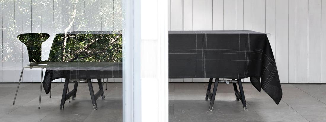 Alfred is een fabrikant van hoogwaardige stoffen. Het Grace Tablecloth verschijnt in een elegant design omdat tedere, heldere lijnen het zwarte tafelkleed sieren.