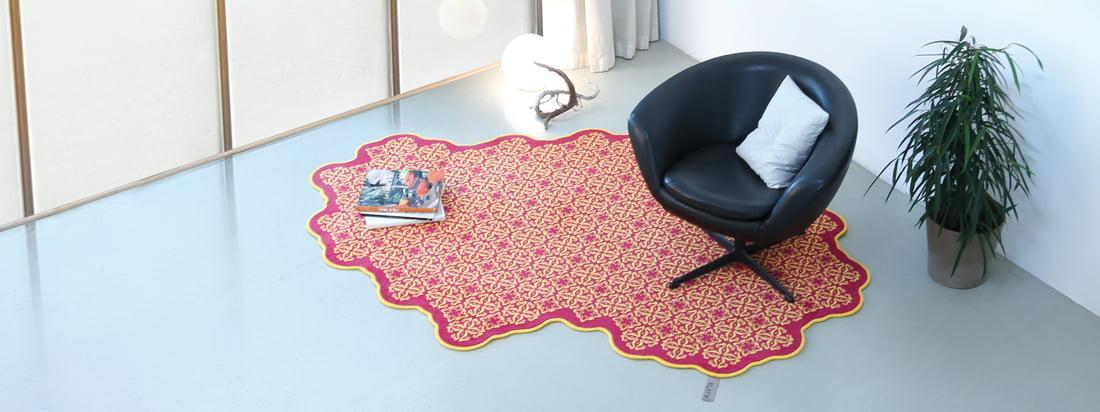 De fabrikant Flat'n produceert tapijten met buitengewone vormen. De tapijten, bijvoorbeeld de Tegels Tapijt, vallen op door geometrische, kleurrijke patronen.
