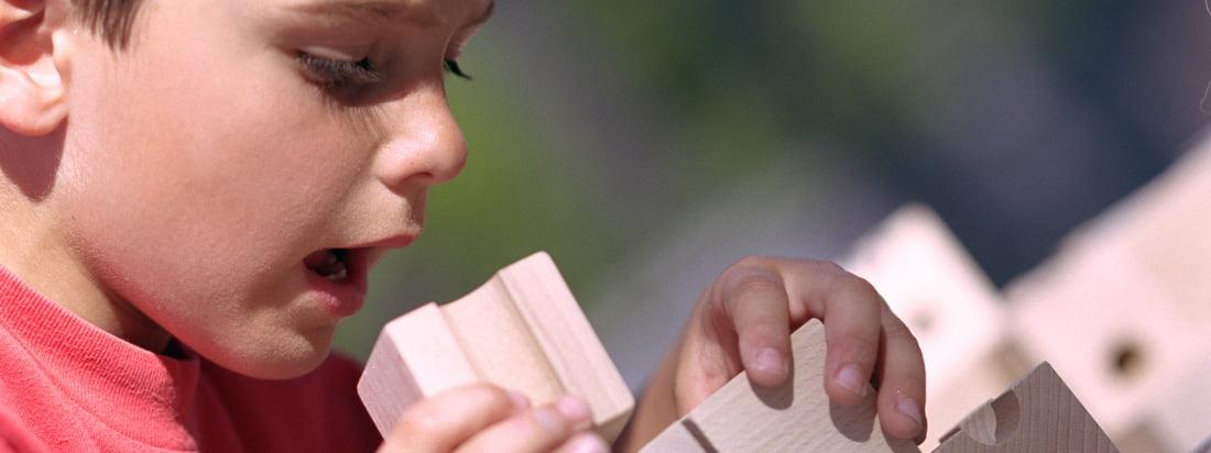Cuboro is geëtiketteerd naar het marmeren loopsysteem, bestaande uit verschillende houten blokken. Er zijn basis- en aanvullende sets - bijvoorbeeld van de bekende Cugolino marmerloop.