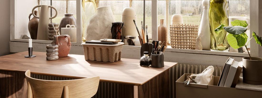ferm Living wil verse briesjes toevoegen aan het dagelijkse werk met de Office Collection. Van planken in gerookt eikenhout in neutrale tinten met pennenhouders van gepolijst messing tot schalen van geperforeerd gepoedercoat metaal.