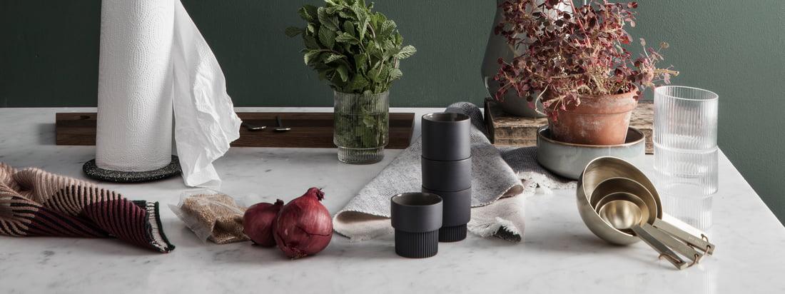 Als u op zoek bent naar een functioneel design met een speels tintje, dan is ferm Living absoluut wat u nodig heeft. De Kitchen Collection van de ontwerpstudio is daarom net zo divers, stijlvol en praktisch als de andere objecten van de Deense fabrikant.