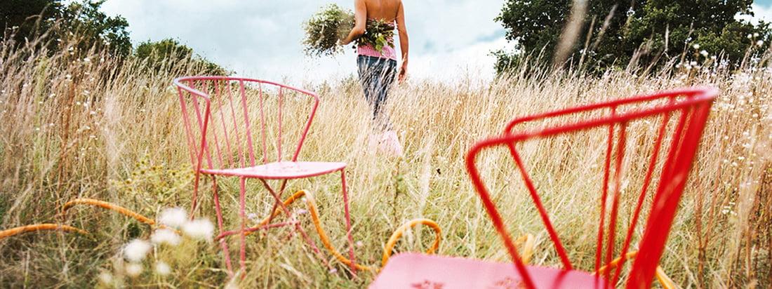 Bloeiende inspiratie en levensvreugde met Flower by Fermob. Een collectie die verleidt door een zeer geïnspireerde mix van retro-stijl en moderne lijnen, en waarvan de fauteuil in combinatie met de bijpassende bijzettafel doet denken aan een prachtig boeket bloemen.
