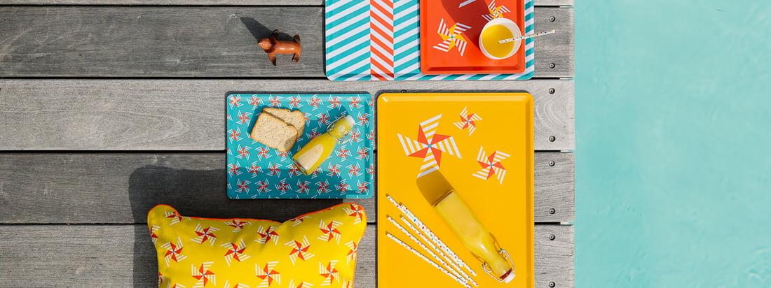 De kleurrijke Cabanon Collection biedt frisheid en levenslust met speelse tweekleurige patronen op kussens, dienbladen en dekens. Heerlijk design dat geschikt is voor zowel binnen als buiten.