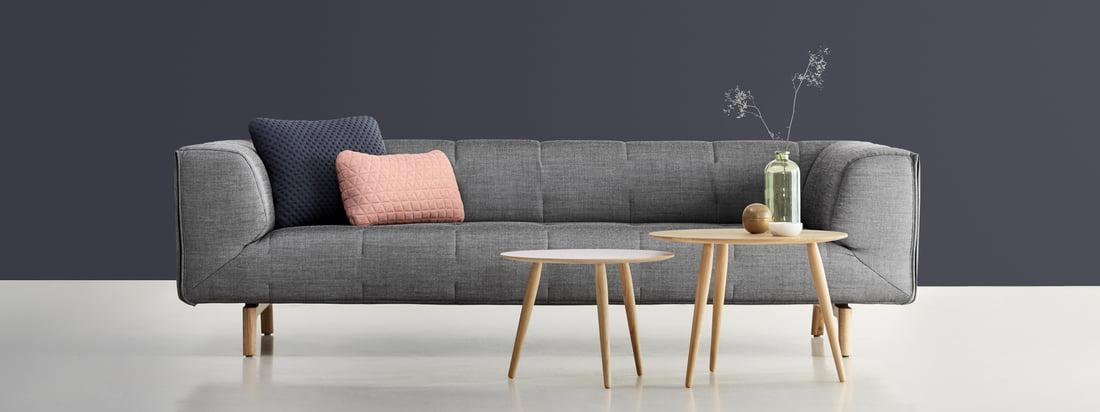 Ontwerp van denemarken: Sofa en Playround Side Table van bruunmunch in de winkel. Een comfortabele, grijs gestoffeerde bank die u uitnodigt om plaats te nemen.