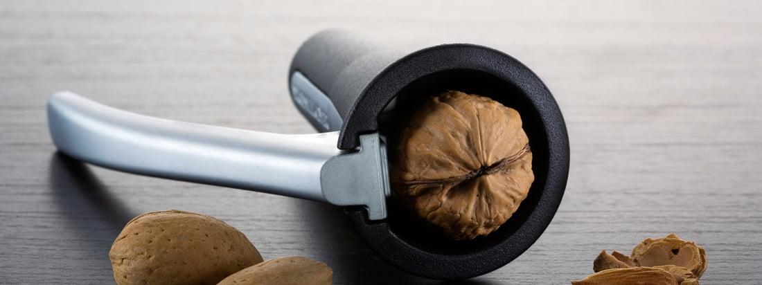 Het Zweedse bedrijf Drosselmeyer produceert praktische alledaagse voorwerpen zoals notenkraker. De zwarte, hoogwaardige notenkraker scheurt perfect. Beschikbaar in de winkel.