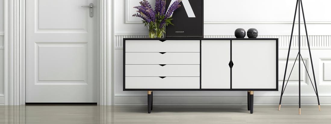 Andersen Furniture is een Deense meubelfabrikant. Het S6 dressoir is gemaakt van een zwart eiken frame en witte deuren en laden - een elegant contrast.