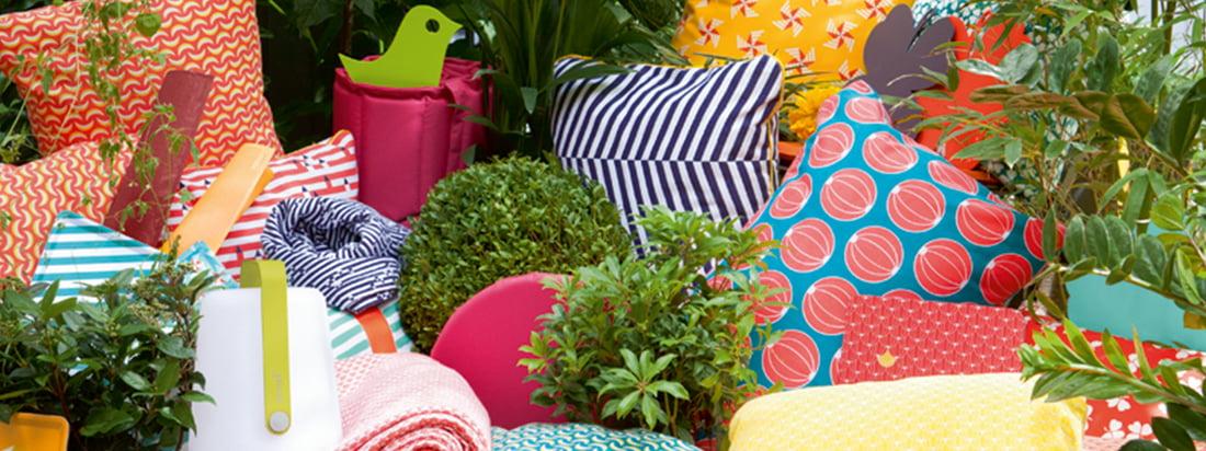 De Franse fabrikant Fermob produceert kleurrijke meubels en accessoires. De kussens, die geschikt zijn voor uw tuin, zijn verkrijgbaar met vele kleurrijke motieven.