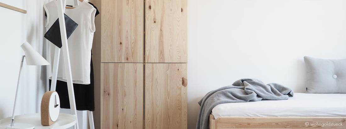De blogger Carina van de Dorff van wohngoldstueck.de laat ons zien hoe de witte Loop Stand kapstok van Hay een overtuigende oplossing is om individuele kledingstukken in de gastenkamer te presenteren.