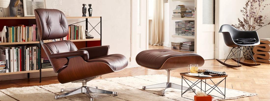Lifestyle productafbeelding: De Lounge Chair van Vitra uit leer werd bedacht door Charles en Ray Eames. De twee ontwerpers ontwierpen de comfortabele leren stoel voor een vriendin.