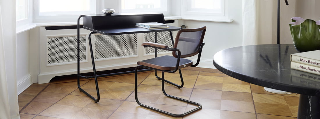 Lifestyle product image van de S 1200 secretaresse desk van Thonet. De secretaresse desk van Randolf Schott voor Thonet is speciaal ontworpen voor gebruik in uw eigen thuiskantoor.