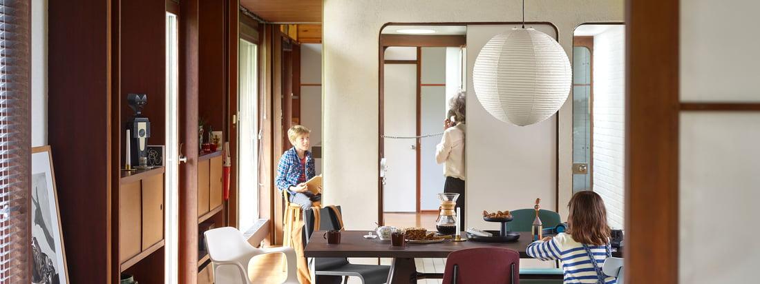 De moderne eethoek is uitgerust met Vitra meubilair. De ruime Solvay eettafel biedt voldoende ruimte voor veel stoelen, bijvoorbeeld de All Plastic Chair.