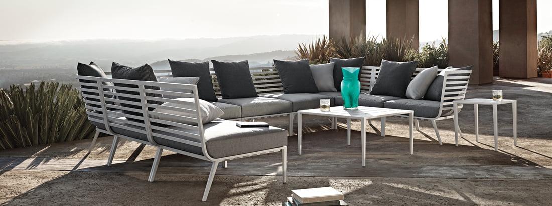 Gloster - Vista Lounge Series. Lifestyle product image van de Gloster - 180 Lounge Series. Dankzij de Vista fauteuil en tafels kan er eenvoudig een aantrekkelijke buitenruimte worden gecreëerd, die uitnodigt tot ontspannen in stijl.