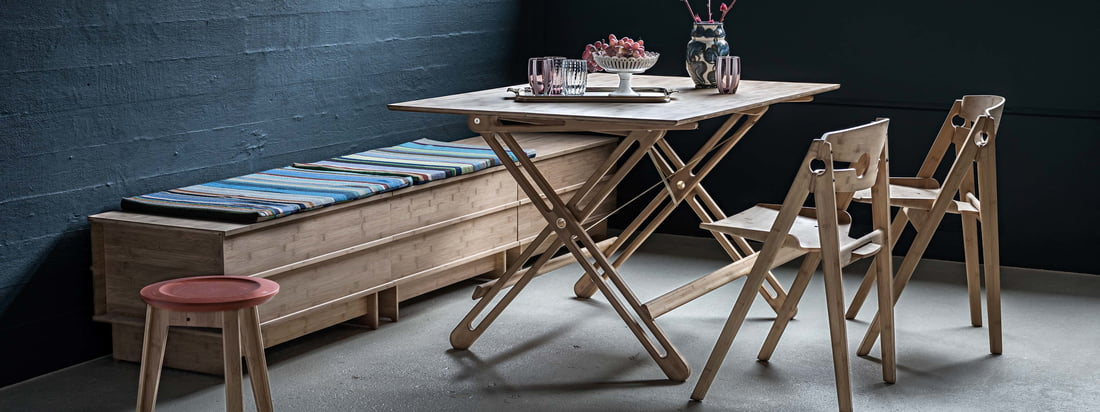Lifestyle productafbeelding van de We Do Wood - Field vouwtafel. Dankzij zijn opvouwbaarheid is de tafel net zo geschikt in een klein appartement als in een huis en kan hij gemakkelijk in enkele seconden worden opgesteld.