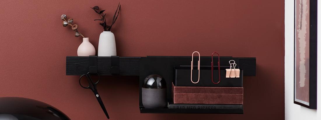 De Flex-serie van Gejst in de ambiance. Met de bijpassende accessoires, zoals legborden en haken, kan de Flex-plankstrip uitstekend op kantoor worden gebruikt.