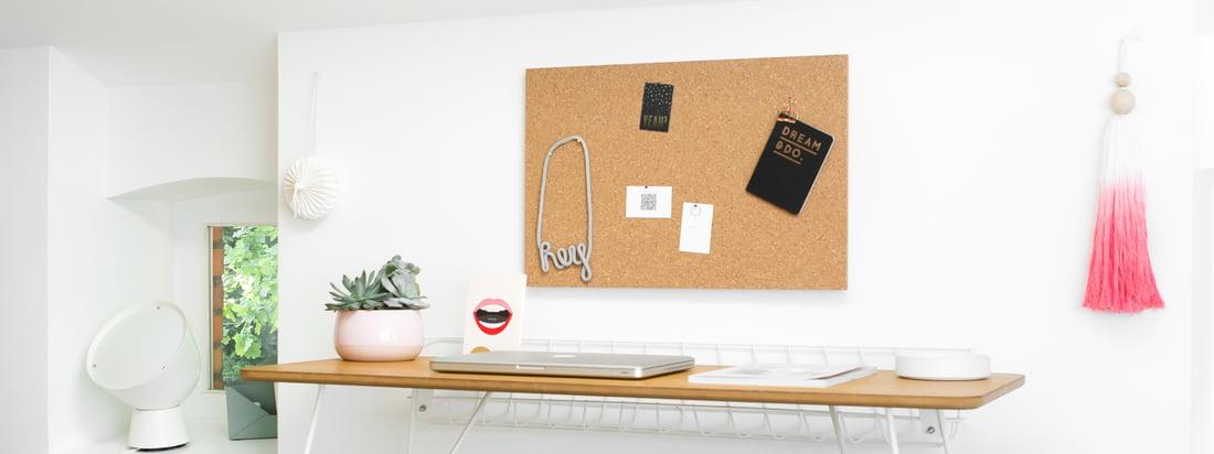Lifestyle product image van de stand voor het message board van Design Letters: Stand voor Message Board by Design Letters: Het prikbord kan worden aangevuld en gepersonaliseerd dankzij de stand en pictogrammen.