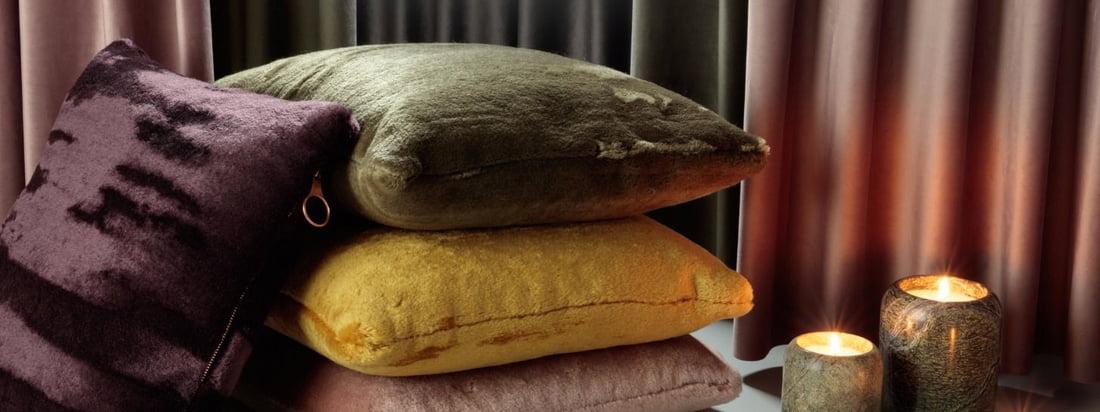 Levensstijl en groepsproductafbeelding van de Soft kussens van Tom Dixon: De kussenovertrekken zijn gemaakt van Zuid-Afrikaans Angora geitenhaar, dat historisch even waardevol is als goud.