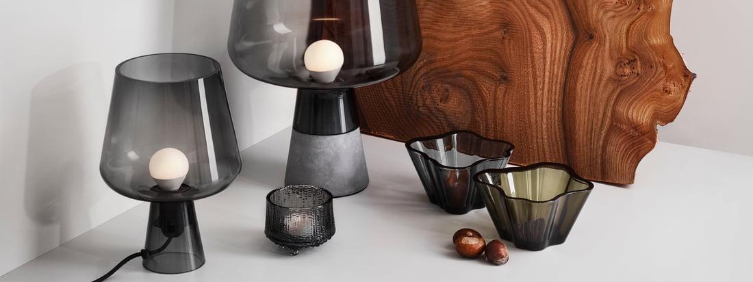 """Lifestyle product image van de Iittala - Leimu lampen, grijs. Leimu, in het Duits """"Flamme"""", brengt het gelijknamige, warme en gezellige licht in de woonkamer. De ongewone cupvorm van de Iittala armatuur verrast al voordat het tweede spannende detail zichtbaar wordt."""