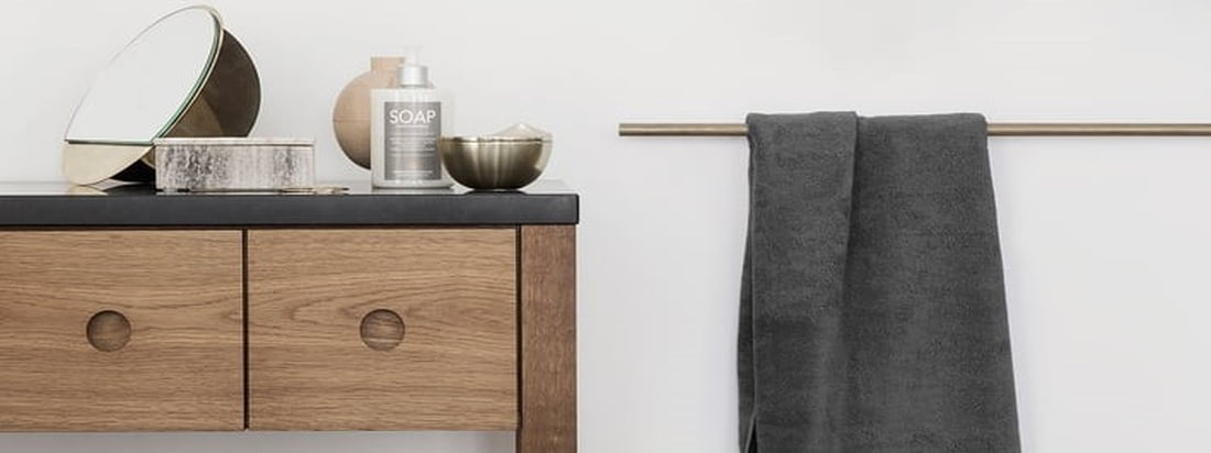 De eenvoudige badhanddoek uit de badhanddoekenserie Terry van Georg Jensen Damask, die verkrijgbaar is in verschillende klassieke en seizoensgebonden kleuren, is ideaal voor de badkamer.