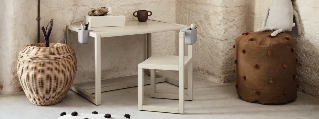 De Little Architect desk for children by ferm Living maakt deel uit van de gelijknamige collectie, die meubels en accessoires samenbrengt die ontworpen zijn om de kleine architect in het kind wakker te schudden.