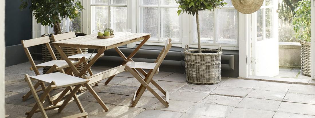 Het buitenmeubilair is bijzonder geschikt voor de wintertuin. De tuinmeubelen in onbehandeld teakhout zijn ontworpen door Børge Mogensen.