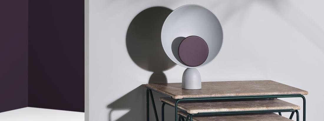 Drieluik Nesting Table bijzettafel en Blooper LED tafellamp van Please wait to be sit. De lamp en tafel zijn perfect met elkaar te combineren.