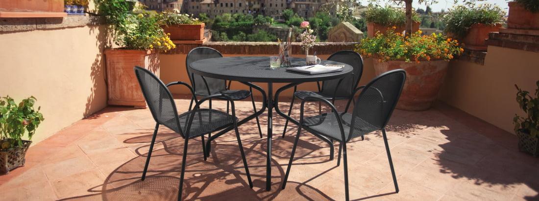 De Ronda fauteuil van Emu ziet er bijzonder harmonieus uit in combinatie met de Cambi-tafel, die ook door Ciabatti in dezelfde stijl is ontworpen.