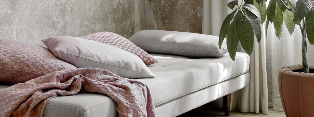 Air Daybed, motregen door Broste Copenhagen in het sfeerbeeld. Het dagbed is perfect als slaapplaats voor gasten, maar kan ook gebruikt worden om overdag uit te rusten.