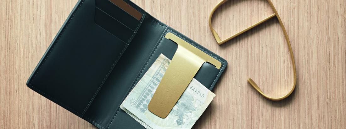 De Georg Jensen Shades Wallet maakt deel uit van de serie Shades van Helena Rohner. Dit unisex-accessoire voor dagelijks gebruik is gemaakt van hoogwaardig leer en is voorzien van een gouden PVD-gecoate roestvrijstalen clip.