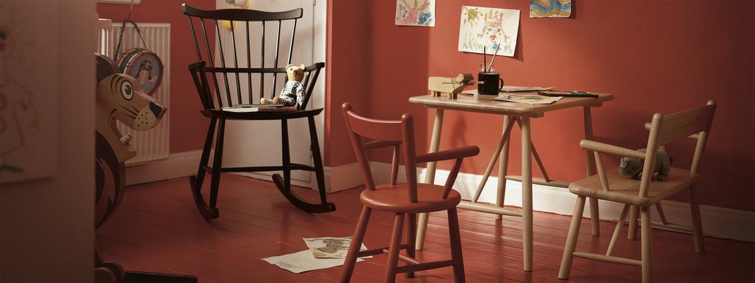 Het kindermeubilair van FDB Møbler met de schommelstoel J52G. Zowel kinderen als volwassenen vinden het leuk om omringd te worden door tijdloos en mooi vormgegeven meubilair.