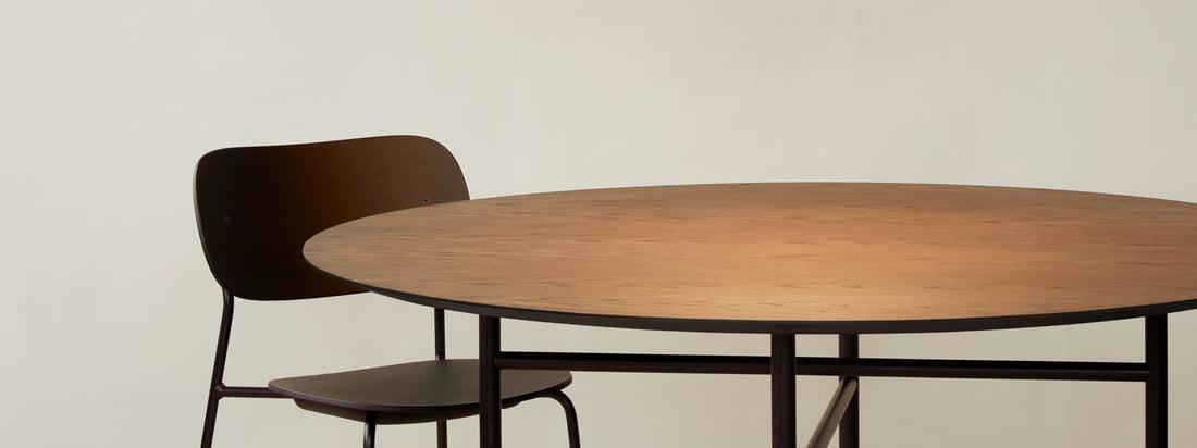 De Circular hanglamp van Menu dient boven de eettafel, bijvoorbeeld de Snaregade tafel, als een grote blikvanger en natuurlijk ook als een goede lichtbron.