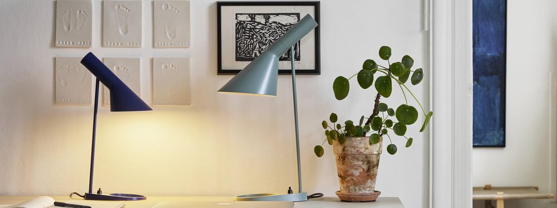 AJ tafellamp van Louis Poulsen in de Ambiente weergave. De kleine en de grotere design tafellamp kunnen gecombineerd worden op het bureau zonder veel plaats in te nemen.
