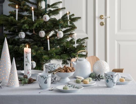 De Nobili theelichthouders van Kähler Design in het sfeerbeeld: Het kaarslicht dringt door de kleine openingen van de theelichthouders en zorgt voor een romantische sfeer op de feestelijk gedekte tafel.