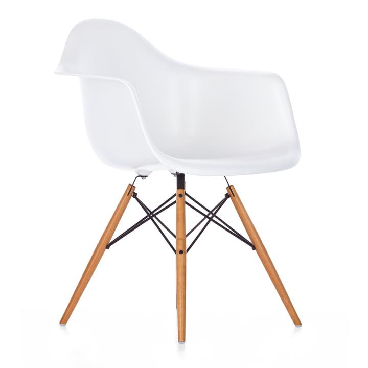 Eames Kunststof fauteuil DAW van Vitra in esdoorn geelachtig / wit