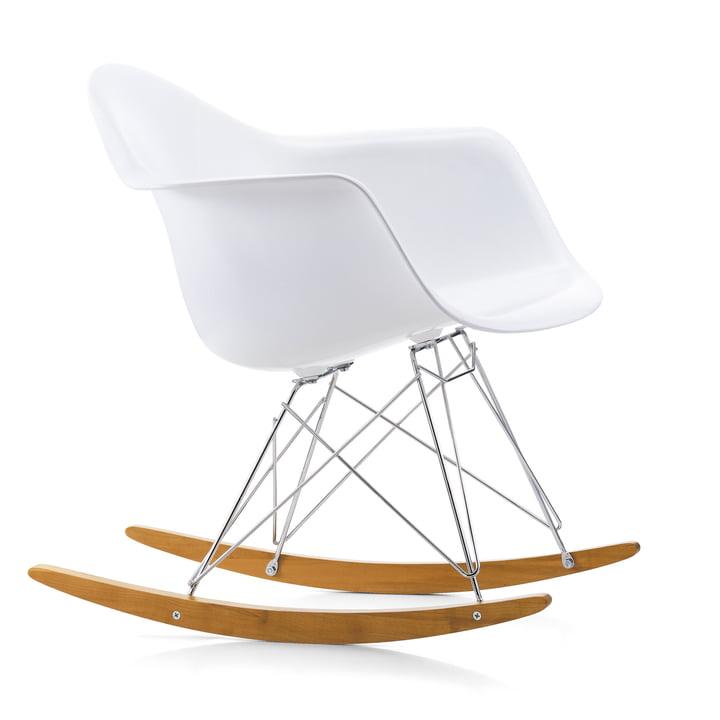 Eames Kunststof fauteuil RAR van Vitra in esdoorn geelachtig / chroom / wit