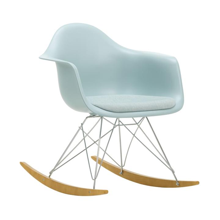 Eames Kunststof fauteuil RAR van Vitra in esdoorn geelachtig / chroom / zitkussen Hopsak ijsblauw / ivoor / zitschaal ijsgrijs