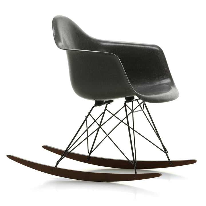 Eames Fiberglass Armchair RAR van Vitra in esdoorn donker / basis donker / Eames olifant verstoppertje grijs