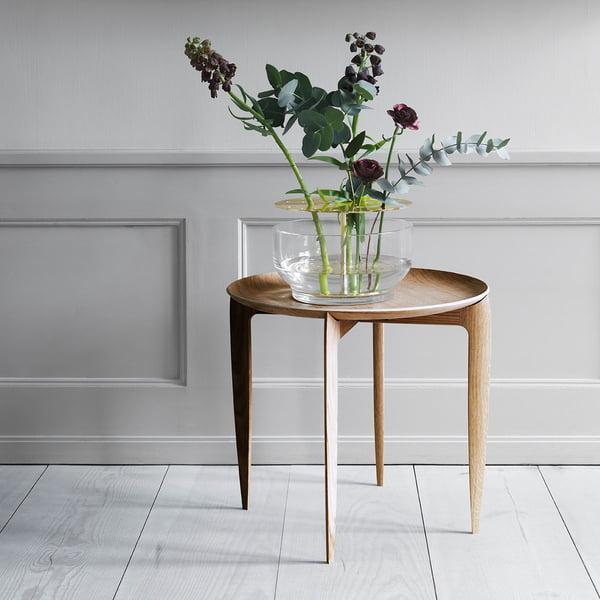Designervaas Ikebana op bijzettafel van Fritz Hansen