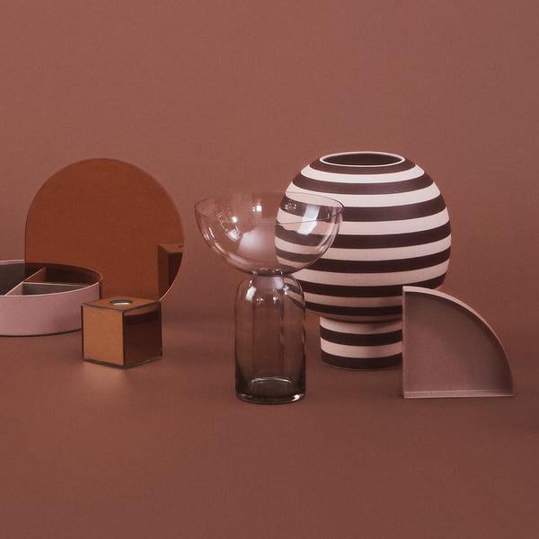 Designervaas in sculpturale vorm: Varia Sculpturale Vaas, Ø 18 x H 21 cm in roos / bordeaux met verdere objecten van AYTM